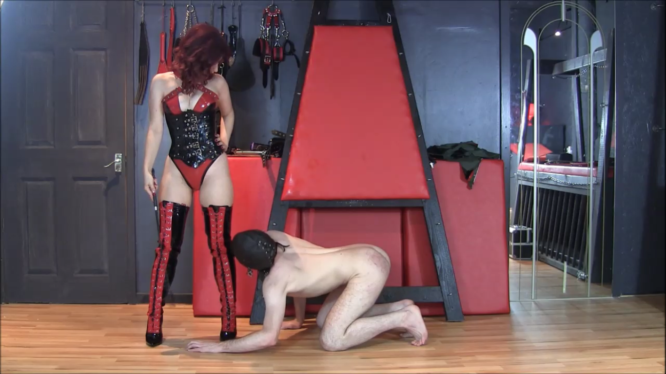 Image of Professional Dominatrix Manchester Mistress Lola Ruin with slave
